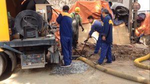 thợ đang thông cống nghẹt tại huyện Bình Chánh