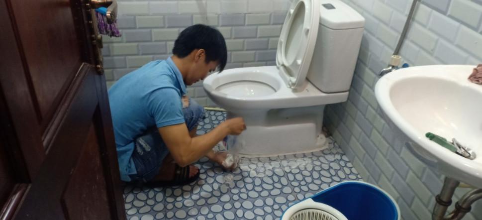 Thợ xử lý mùi hôi nhà vệ sinh chuyên nghiệp